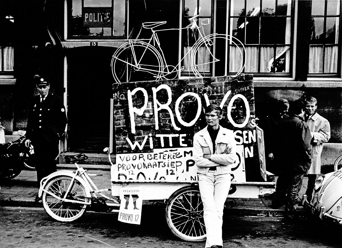 Provos Amsterdam - Bernard de Vries com cartaz do White Bicycle Plan 1966 - Foto Cor Jaring