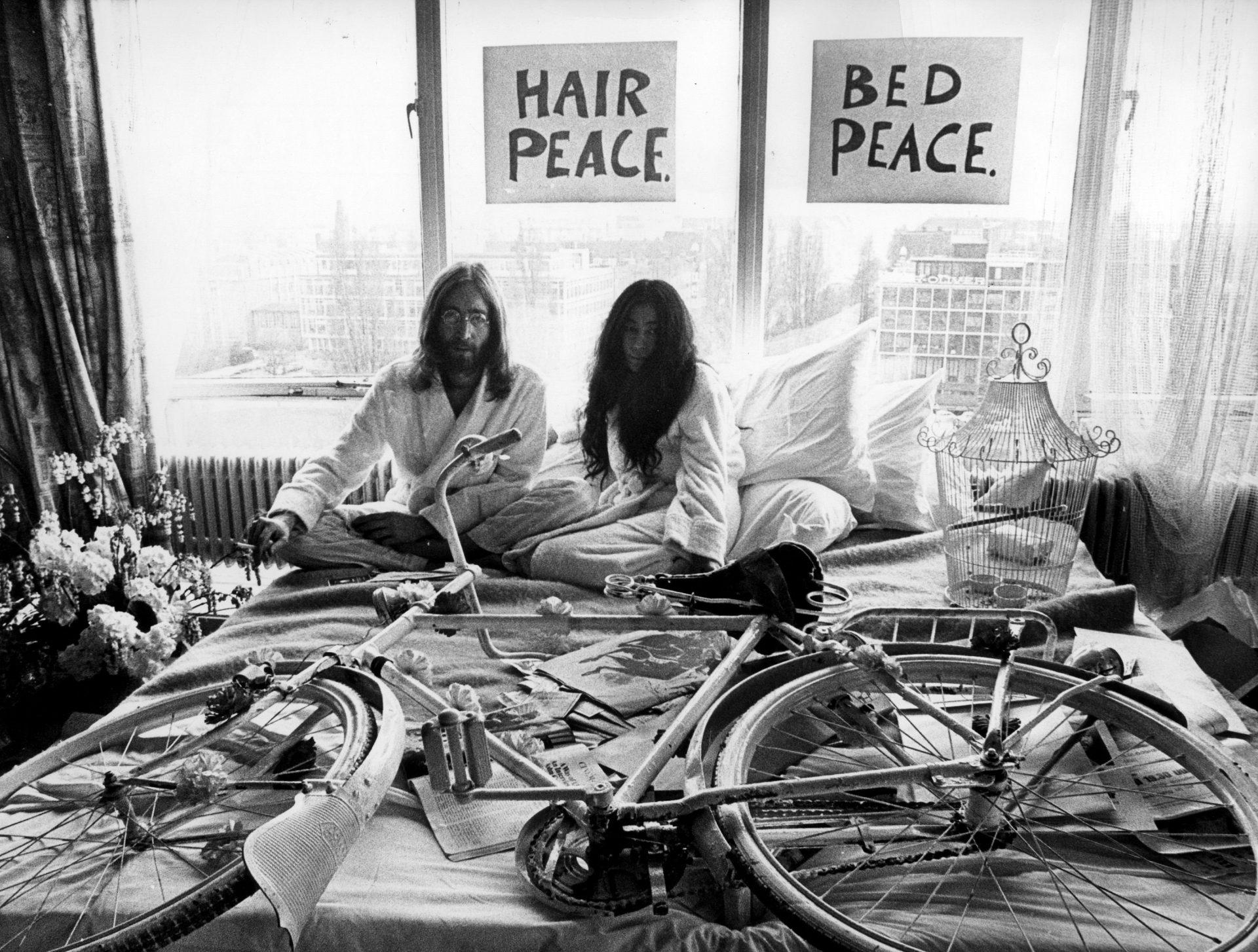 Provos Amsterdam - John Lennon Yoko Ono com bicicleta branca no Bed In 1969