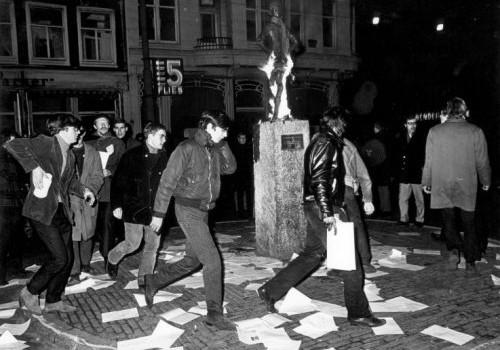 Provos Amsterdam - Protesto ao redor da estatua do menino Het Lieverdje Spui 1966