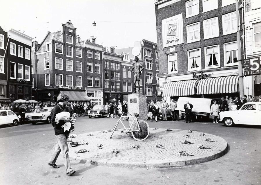 Provos Amsterdam - Robert Jasper Grootveld em Spui 1966 - Foto Cor Jaring