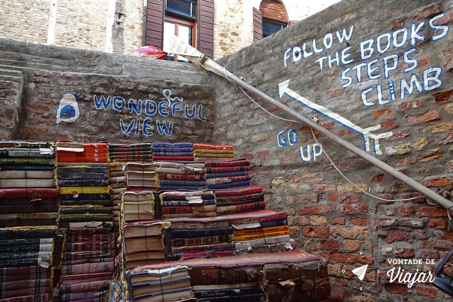 Livraria Acqua Alta Veneza - Escada de livros