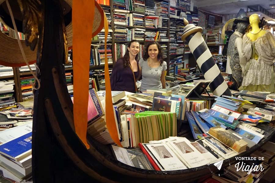 Livraria Acqua Alta Veneza - Gondola na livraria