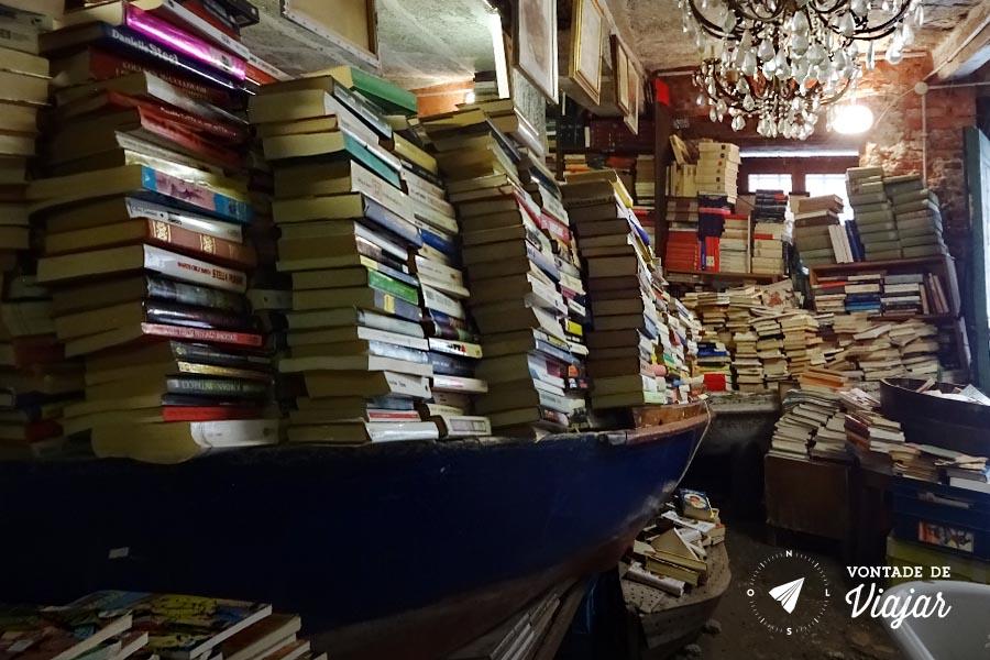 Livraria Acqua Alta Veneza - Livros no barco