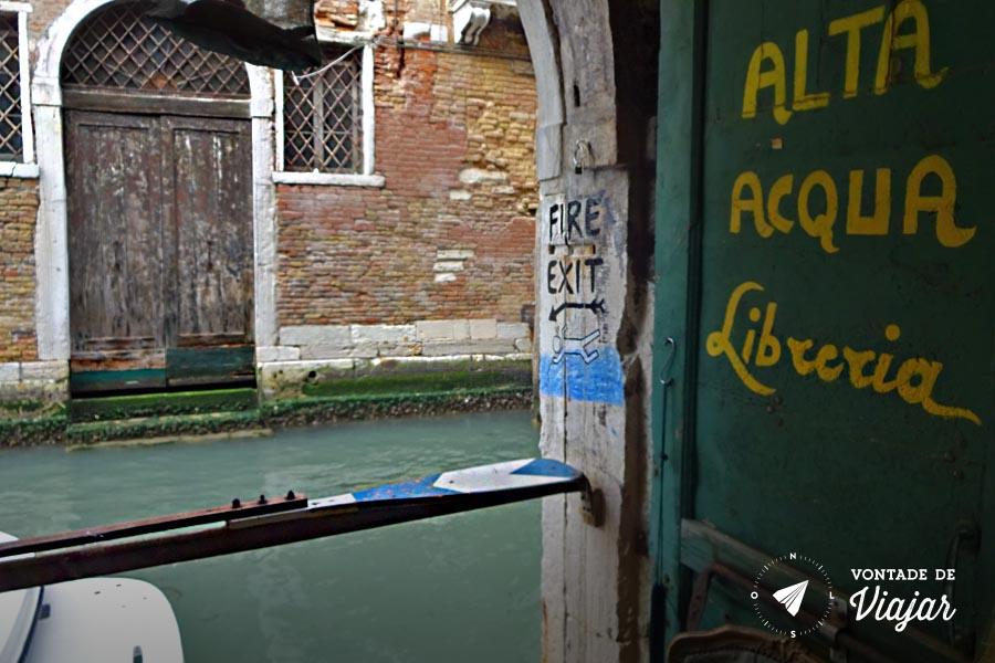 Livraria Acqua Alta Veneza - Saida de incendio para o canal