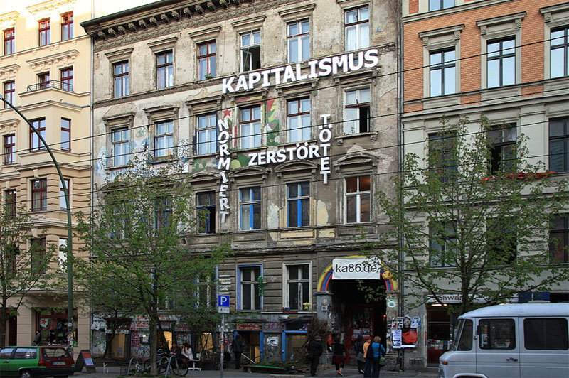 Berlim Prenzlauer Berg Ocupacap Kastanienallee 86 - Capitalismo mata e destroi - Foto Enner from the Palz