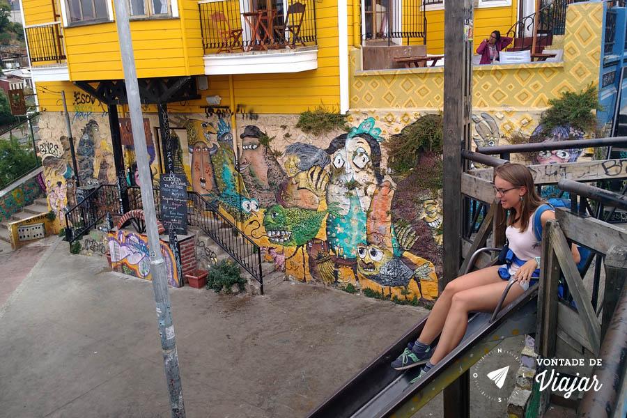 Street art em Valparaiso - Cervejaria artesanal e um patio com escorrega