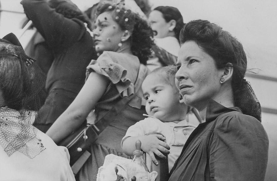 Tenement Museum - Mulher porto riquenha embarcando para os EUA com nenem