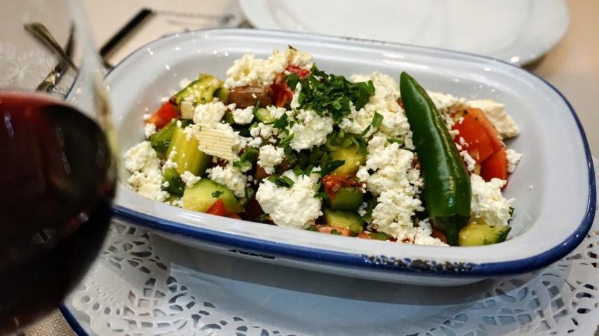 O que fazer em Sofia Bulgaria - Restaurante Shtastliveca - Salada Shopska