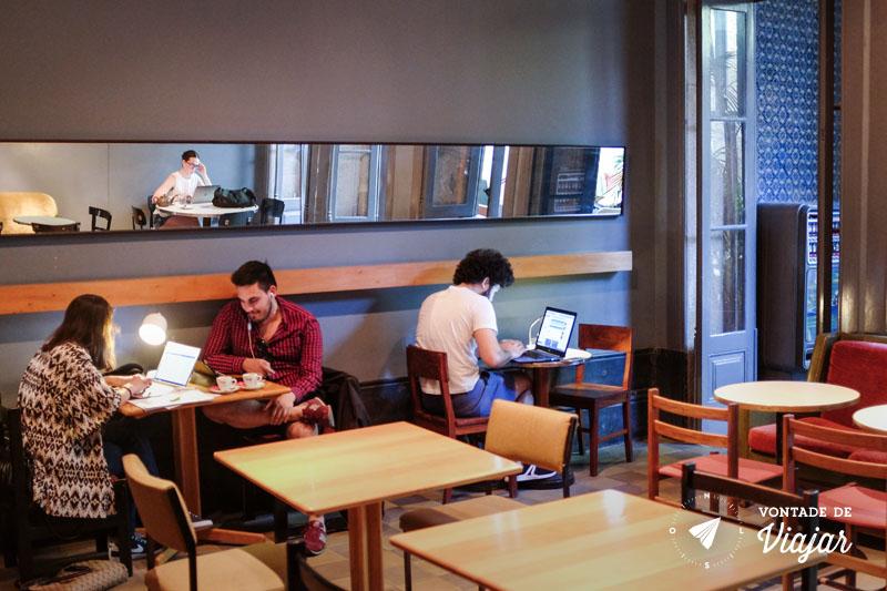 Pessoas com laptop no café Vitória