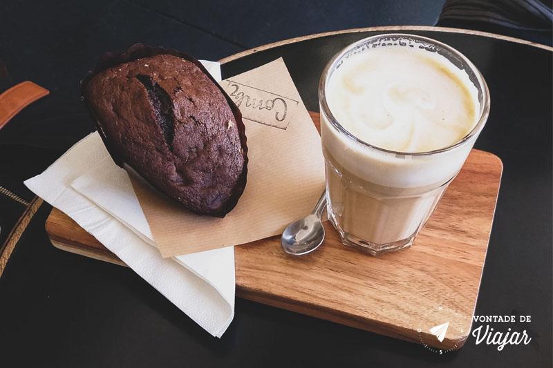 Bolinho e café com leite
