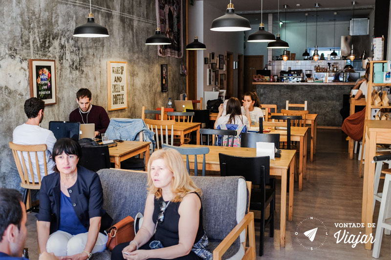 Ambiente interno da cafeteria Mesa 325