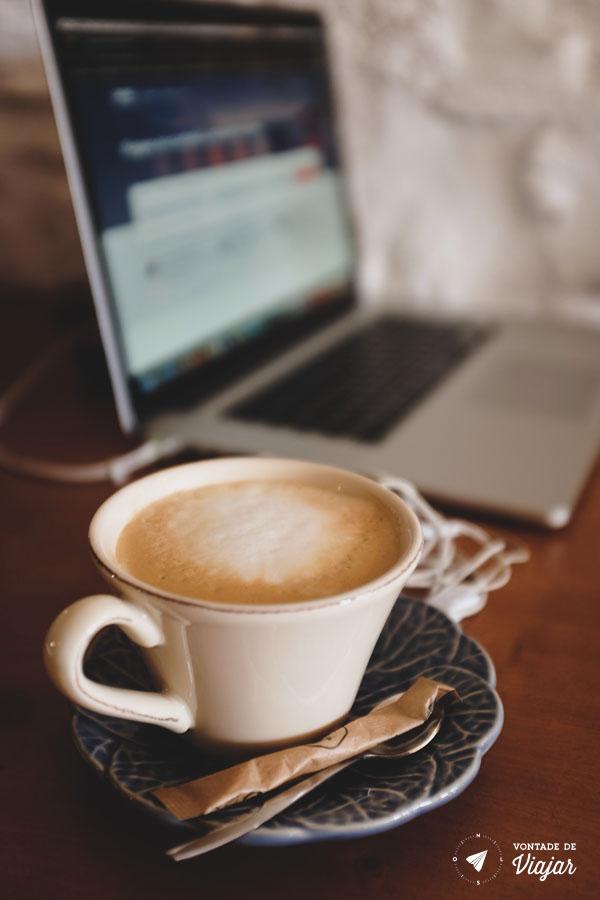 Cafe e laptop no Obio, no Porto