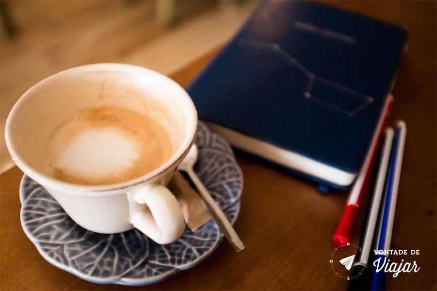 Xícara de café e caderno
