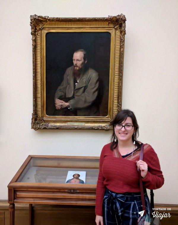 Russia - Julia Boechat com quadro de Dostoievski na Galeria Tretiakov em Moscou