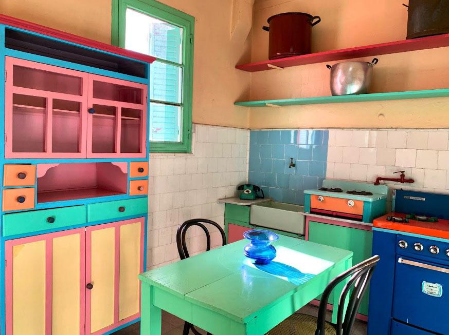 A cozinha colorida da casa-museu do artista Quinquela Martín, em La Boca, Buenos Aires